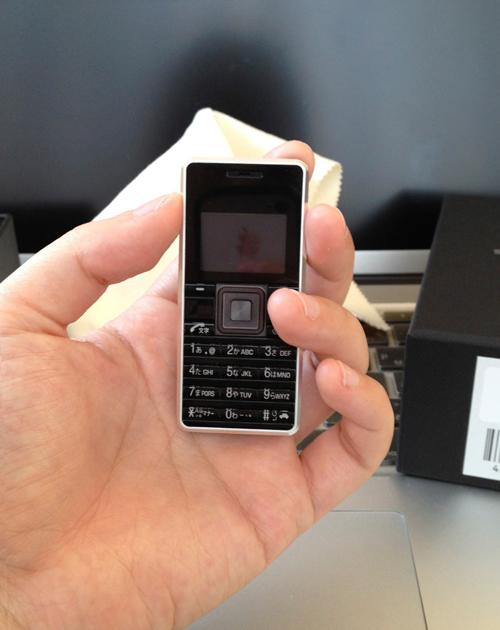 フリスクケータイ「ストラップフォン WX03A」を手に持つ私