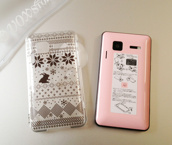 私のチョコピンクのINFOBARとノルディック模様のケース。その2