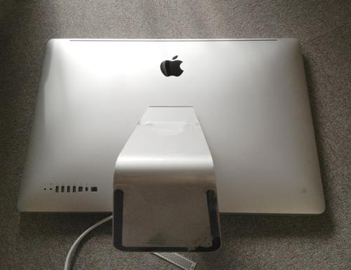 事務所の床に転がされたiMac Mid 2010