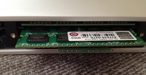 iMac Mid 2010のメモリスロットが引き出されないので、そのまま空いているスロットにメモリをつっこむのであった。