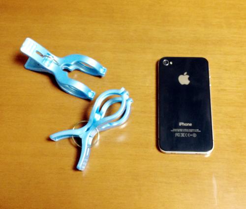 自作iPhoneスタンドは洗濯ばさみ(大)で作れます。