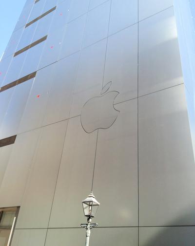 Apple Store銀座の建物の裏にもリンゴマークがあったことを初めて知る。