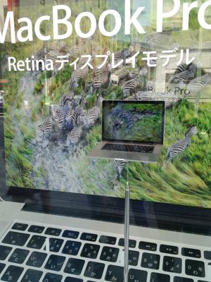 現在のApple Store銀座のショウウィンドウは巨大Retina MacBook Pro。